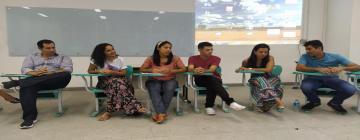 Grupos de estudantes, orientados pelo professor Alex Pires, falou sobre as Engenharias de Agrimensura, Cartográfica, Sanitária, Ambiental e de Produção.